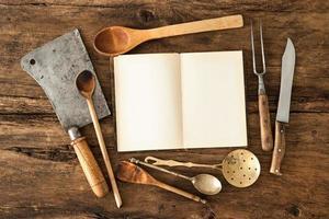livre de cuisine et ustensiles de cuisine