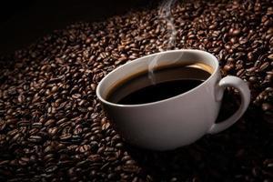nature morte avec une tasse de café noir photo