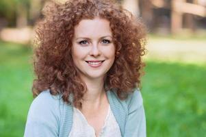 jeune femme souriante à l'extérieur