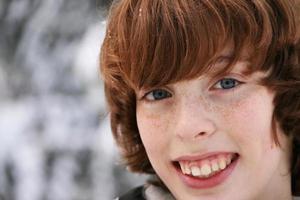 garçon souriant dans la neige photo