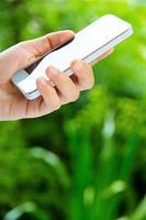 femme utilisant un téléphone intelligent