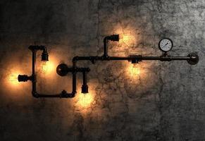 ampoules et tuyaux métalliques sur l'ancien mur de ciment