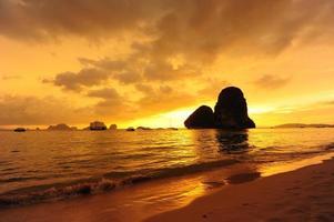 plage au fond du coucher du soleil