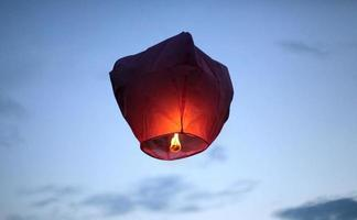 lanternes de ciel rouge photo