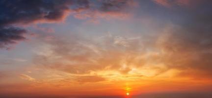 ciel du soir avec des nuages