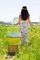 femme peintre crée une image à l'extérieur photo