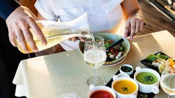 serveur versant du vin dans un verre photo