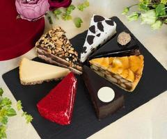 tranches de gâteau sur une plaque noire
