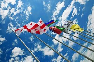 drapeaux contre le ciel