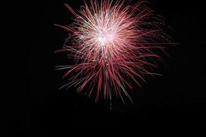 feux d'artifice dans le ciel nocturne noir photo