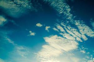 ciel et nuages sur fond de ciel bleu photo