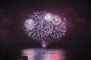 feux d'artifice contre le ciel sombre photo