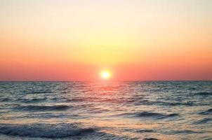 mer contre le ciel coucher de soleil. photo