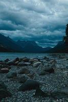 ciel dramatique au-dessus de la chaîne de montagnes photo