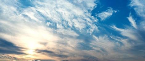 ciel avec nuages et soleil photo