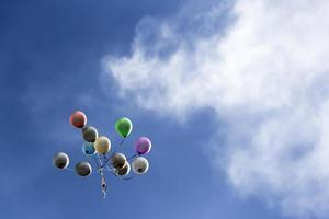 ballons montant dans le ciel bleu photo