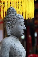 Sculpture sur pierre hindoue et parasol jaune, Bali, Indonésie