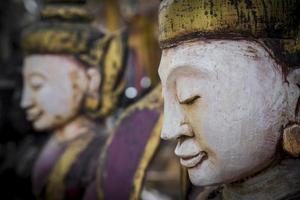 visages de Bouddha en bois