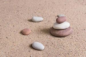 vagues de sable de jardin zen et sculptures rupestres photo