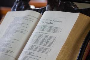 vieux livre du prophète sur un chevalet.