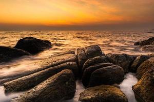 lever du soleil côtier photo