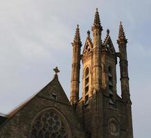 Clocher de l'église au lever du soleil avec un ciel clair