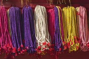 Chapelet de perles bouddhistes colorés en Asie, Katmandou, Népal photo