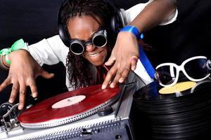 cool dj afro-américain en action