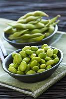 haricots de soja dans des bols photo