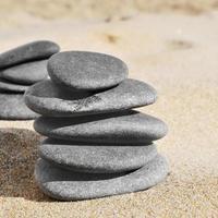 des piles de pierres sur le sable d'une plage