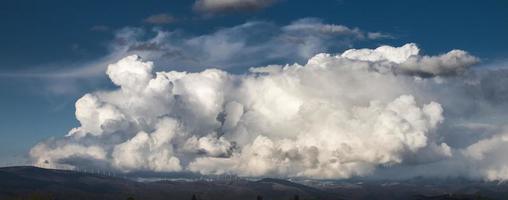 nuages d'orage blancs
