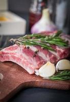 côtes de porc fraîches, viande aux piments de la Jamaïque photo