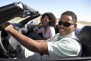 couple dans un cabriolet photo