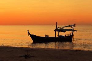 silhouette de bateau de pêche au coucher du soleil