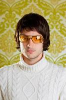 portrait masculin rétro dans les tons jaunes, coupe bol, col polo