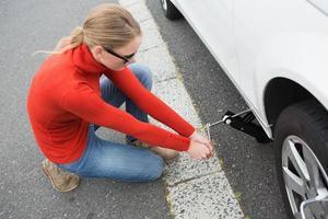 femme, remplacement, pneu