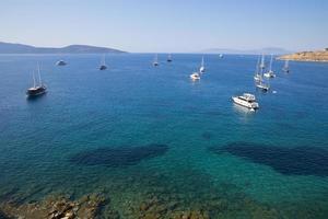 les yachts sont en route vers la mer d'un bleu profond