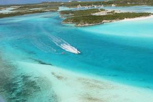 Vue aérienne des îles, des récifs coralliens des Bahamas et des jet-skieurs photo