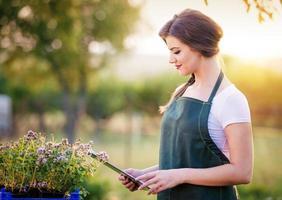 jeune femme, jardinage