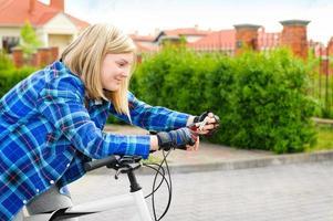randonneurs jeunes femmes recherche les coordonnées gps sur smartphone.