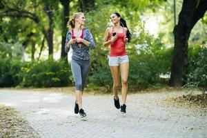 femmes sportives jogging dans le parc photo
