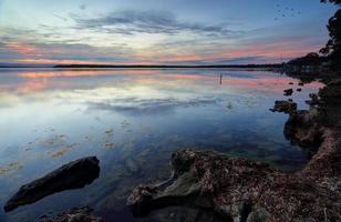 Réflexions au coucher du soleil sur les eaux du bassin de st georges