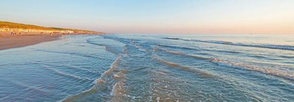 coucher de soleil en mer en été photo