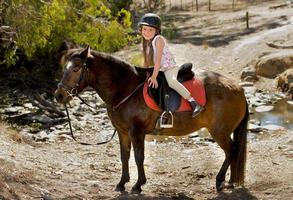 doux, jeune fille, étreindre, cheval poney, sourire, heureux, porter, sécurité