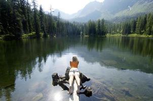 jeune femme allongée sur une planche en bois au bord du lac photo