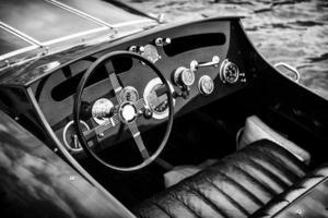 tableau de bord pour bateau à moteur en bois - noir et blanc photo