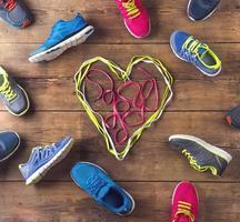un mélange de chaussures de course avec un cœur au milieu