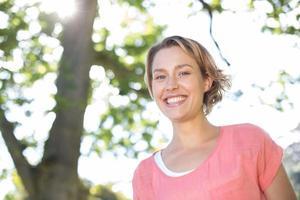 heureuse jeune femme dans le parc photo