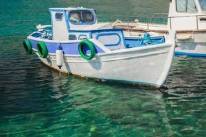 Bateau à moteur de pêche flottant sur l'île de Kalymnos