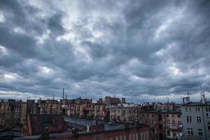 ciel sombre sur la ville photo